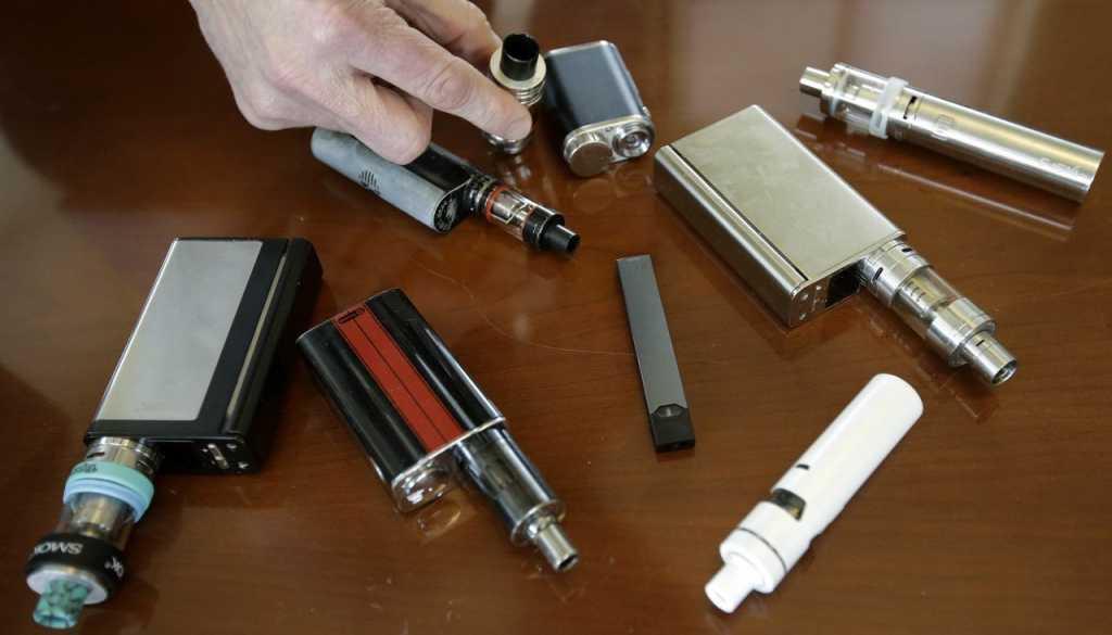 Власти США объявили борьбу с «эпидемией» электронных сигарет среди подростков. Что они курят?