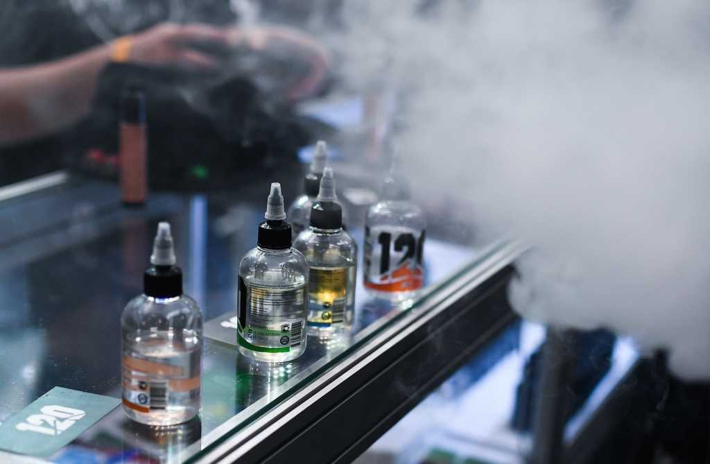 Власти задумали бороться с вовлечением детей в имитацию курения.О запрете продажи вейп-товаров подросткам